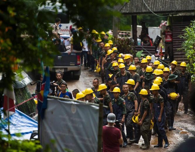 Chùm ảnh những nỗ lực đưa đội bóng thiếu niên Thái Lan ra ngoài hang động ngập lụt ở Chiang Rai ảnh 10