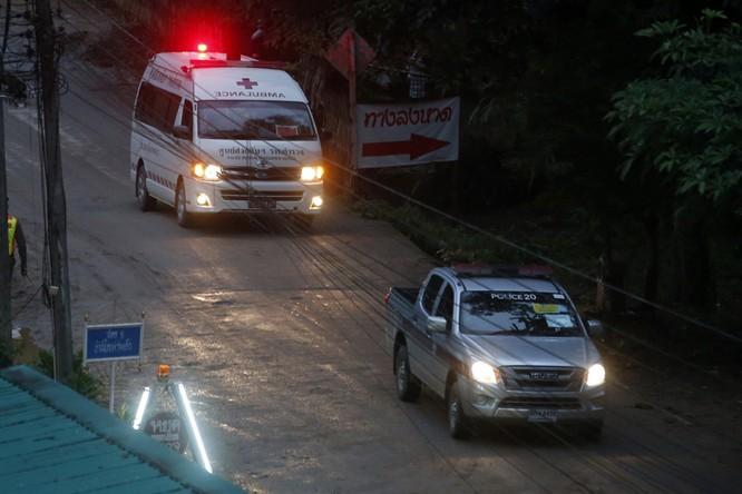 Chùm ảnh những nỗ lực đưa đội bóng thiếu niên Thái Lan ra ngoài hang động ngập lụt ở Chiang Rai ảnh 32