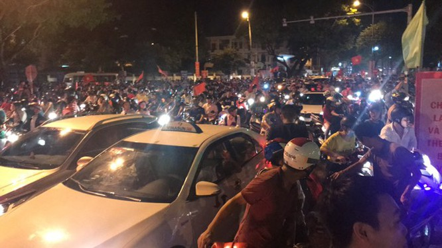 Người dân cả nước tràn ra đường mừng chiến tích của Olympic Việt Nam ảnh 17