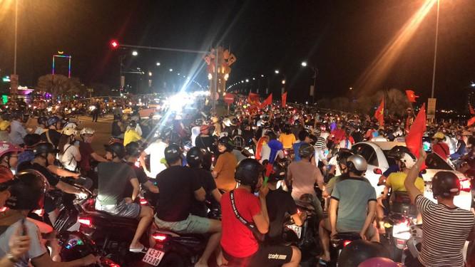 Người dân cả nước tràn ra đường mừng chiến tích của Olympic Việt Nam ảnh 18