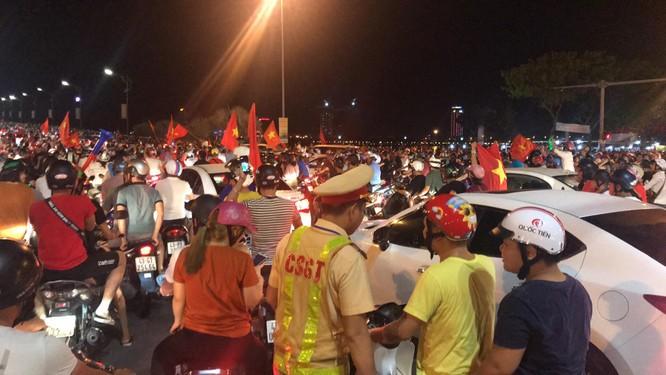 Người dân cả nước tràn ra đường mừng chiến tích của Olympic Việt Nam ảnh 19
