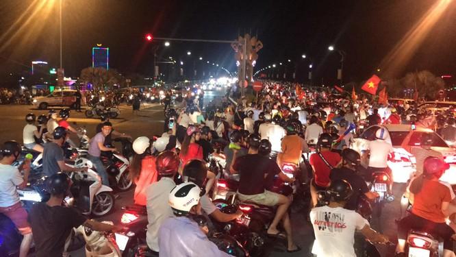 Người dân cả nước tràn ra đường mừng chiến tích của Olympic Việt Nam ảnh 20