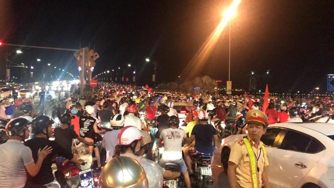 Người dân cả nước tràn ra đường mừng chiến tích của Olympic Việt Nam ảnh 21