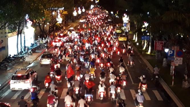 Người dân cả nước tràn ra đường mừng chiến tích của Olympic Việt Nam ảnh 22