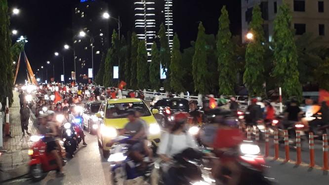 Người dân cả nước tràn ra đường mừng chiến tích của Olympic Việt Nam ảnh 23