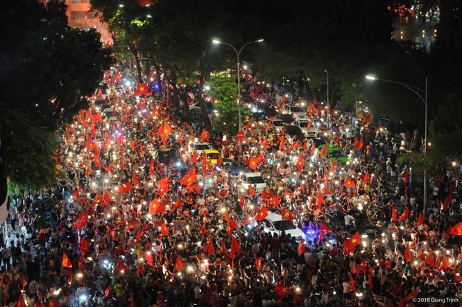 Người dân cả nước tràn ra đường mừng chiến tích của Olympic Việt Nam ảnh 7