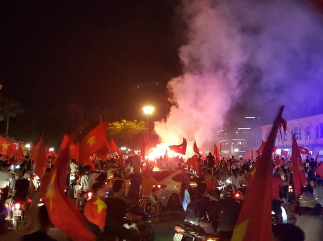 Người dân cả nước tràn ra đường mừng chiến tích của Olympic Việt Nam ảnh 8