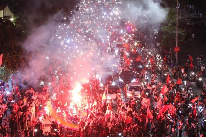 Người dân cả nước tràn ra đường mừng chiến tích của Olympic Việt Nam ảnh 14