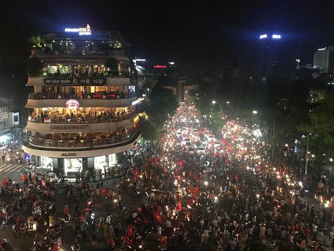 Người dân cả nước tràn ra đường mừng chiến tích của Olympic Việt Nam ảnh 15