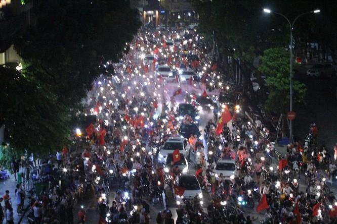 Người dân cả nước tràn ra đường mừng chiến tích của Olympic Việt Nam ảnh 16
