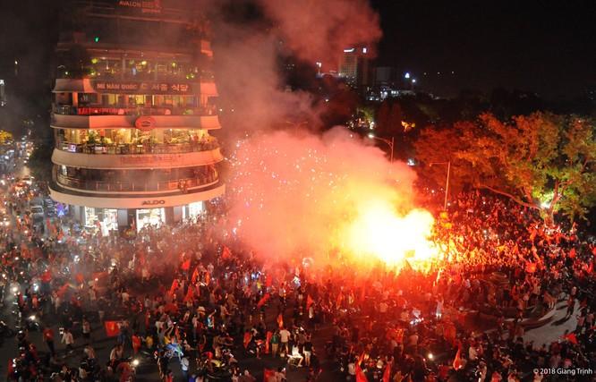 Người dân cả nước tràn ra đường mừng chiến tích của Olympic Việt Nam ảnh 9