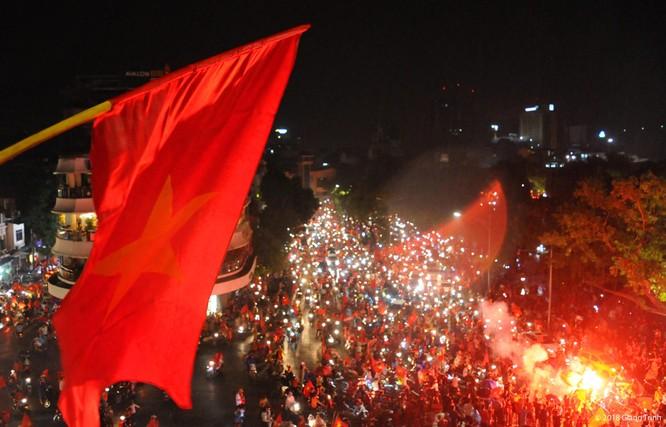 Người dân cả nước tràn ra đường mừng chiến tích của Olympic Việt Nam ảnh 10