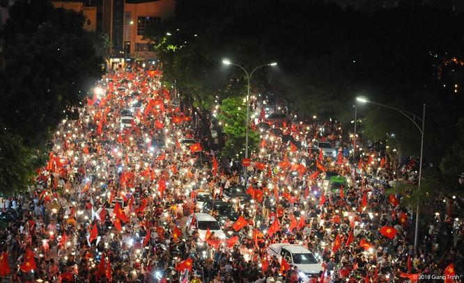 Người dân cả nước tràn ra đường mừng chiến tích của Olympic Việt Nam ảnh 11