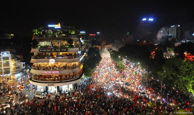 Người dân cả nước tràn ra đường mừng chiến tích của Olympic Việt Nam ảnh 12