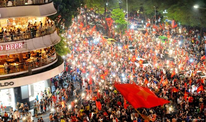 Người dân cả nước tràn ra đường mừng chiến tích của Olympic Việt Nam ảnh 13
