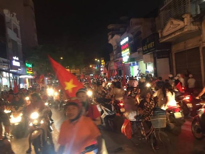 Người dân cả nước tràn ra đường mừng chiến tích của Olympic Việt Nam ảnh 4