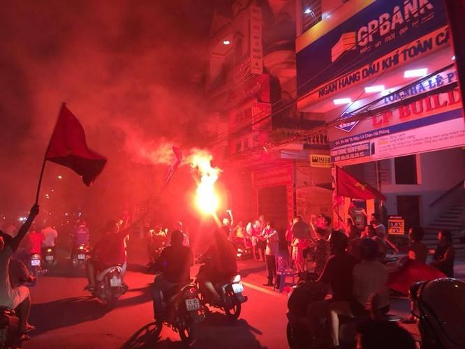 Người dân cả nước tràn ra đường mừng chiến tích của Olympic Việt Nam ảnh 5