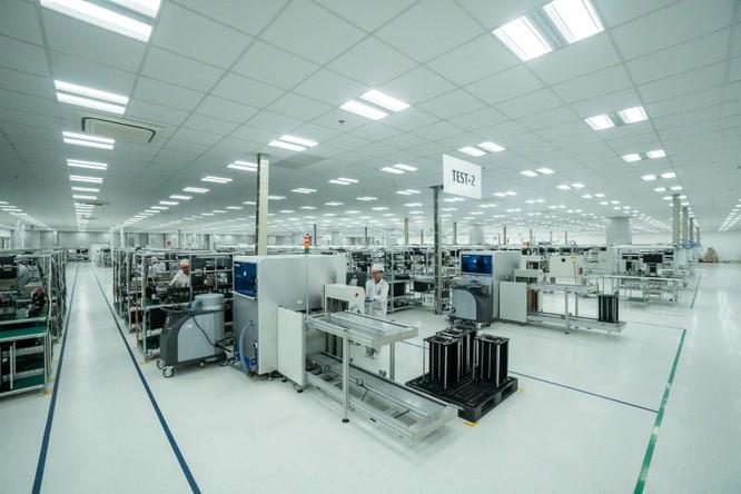 Chiêm ngưỡng hệ thống robot tại nhà máy sản xuất điện thoại VSmart ảnh 1