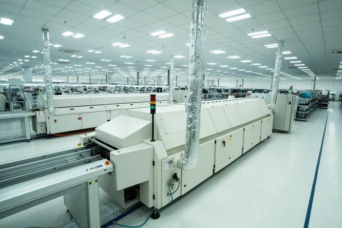 Chiêm ngưỡng hệ thống robot tại nhà máy sản xuất điện thoại VSmart ảnh 2