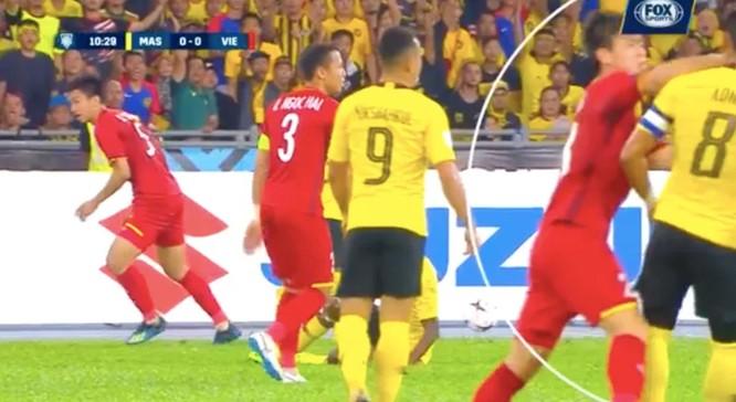 """Fox Sport chỉ ra 5 điểm nhấn trận Malaysia - Việt Nam: """"Đỗ Duy Mạnh đã không bị thẻ đỏ khi huých cùi trỏ vào Zaquan"""" ảnh 3"""