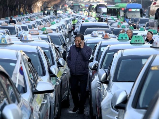 Hàn Quốc: Tài xế taxi biểu tình chống lại ứng dụng đặt xe công nghệ, căng thẳng lên cao khi hai người châm lửa tự thiêu ảnh 1
