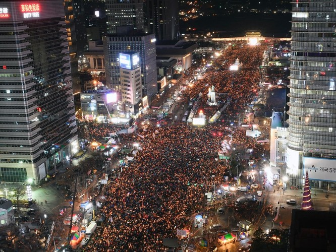 Hàn Quốc: Tài xế taxi biểu tình chống lại ứng dụng đặt xe công nghệ, căng thẳng lên cao khi hai người châm lửa tự thiêu ảnh 2