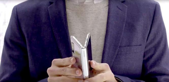 So sánh điện thoại gập của Samsung và Huawei: Mèo nào cắn mỉu nào? ảnh 2