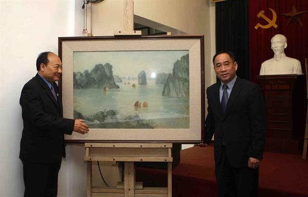 Bảo tàng Mỹ thuật Việt Nam bàn giao tác phẩm mỹ thuật sau tu sửa cho Bảo tàng Kaysone Phomvihane ảnh 4