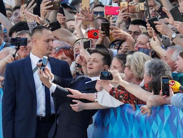 """Tân Tổng thống Ukraine: """"Đừng treo chân dung của tôi trong văn phòng của bạn, hãy treo ảnh các con bạn!"""" ảnh 1"""