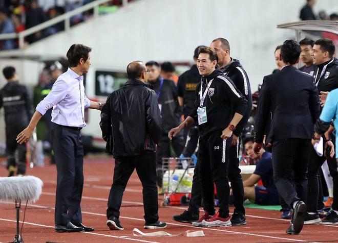 HLV Park Hang-seo lý giải hành động tranh cãi với trợ lý Thái Lan khi trận đấu kết thúc ảnh 1