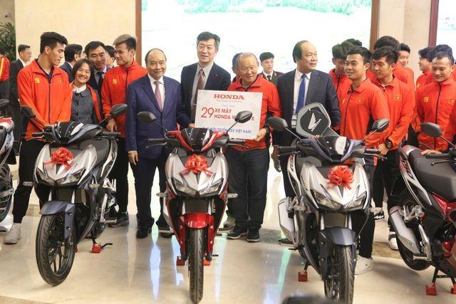 Thủ tướng Nguyễn Xuân Phúc tiếp và mở tiệc chiêu đãi hai đội bóng đá nam và nữ vừa vô địch SEA Games 30 ảnh 4