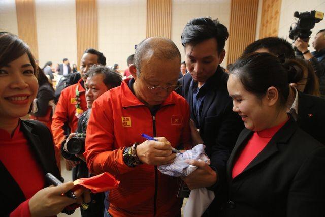 Thủ tướng Nguyễn Xuân Phúc tiếp và mở tiệc chiêu đãi hai đội bóng đá nam và nữ vừa vô địch SEA Games 30 ảnh 12