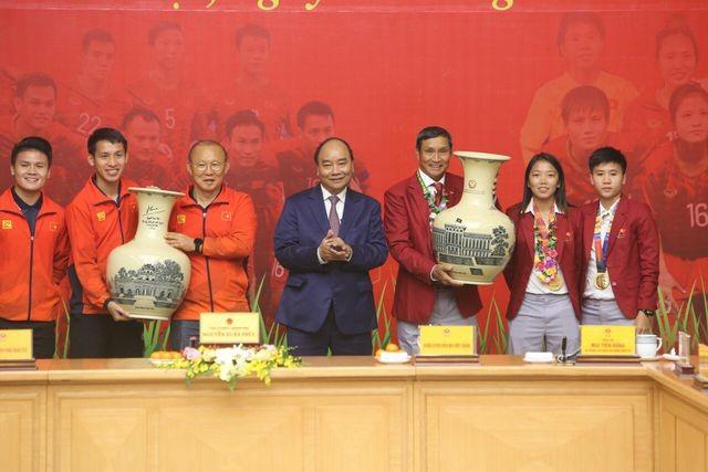 Thủ tướng Nguyễn Xuân Phúc tiếp và mở tiệc chiêu đãi hai đội bóng đá nam và nữ vừa vô địch SEA Games 30 ảnh 9
