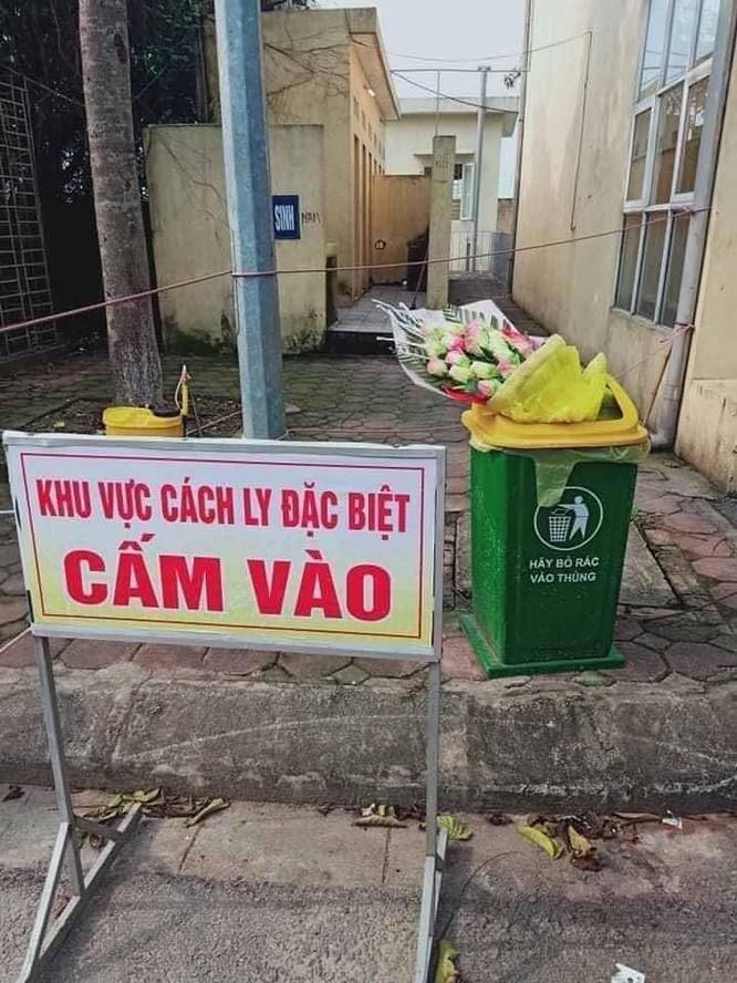 Cộng đồng mạng phẫn nộ vì người cách ly Covid-19 ra viện, nhận hoa chúc mừng xong vứt ngay vào sọt rác ảnh 1