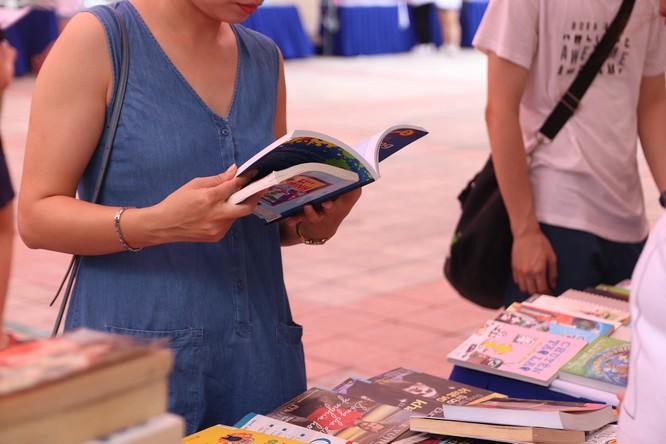 """Hội chợ sách """"gây sốt"""" của các Amser có gì? ảnh 3"""