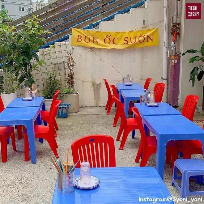 Quán ăn ở Seoul, Hàn Quốc bày bàn ghế nhựa vỉa hè kiểu Việt Nam gây sốt MXH ảnh 2