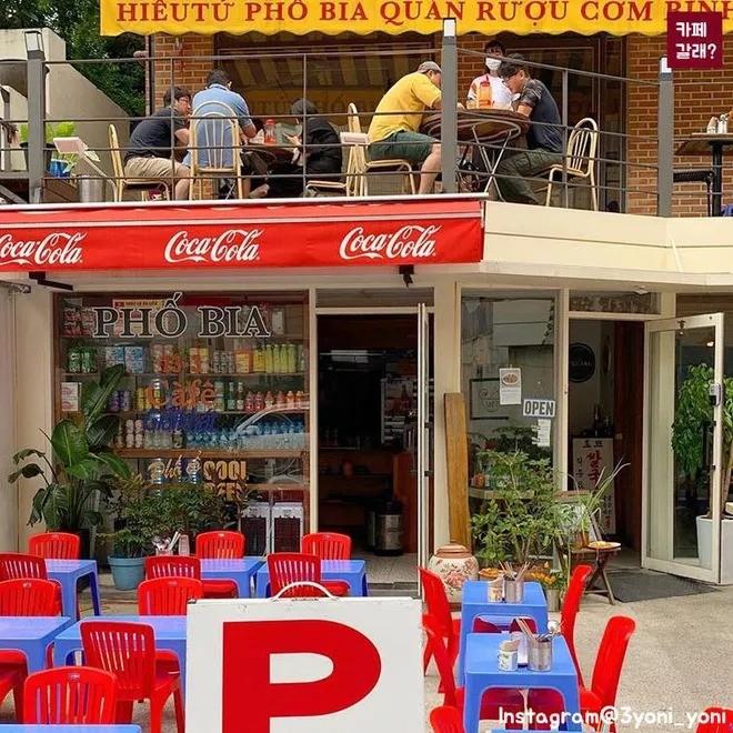 Quán ăn ở Seoul, Hàn Quốc bày bàn ghế nhựa vỉa hè kiểu Việt Nam gây sốt MXH ảnh 1