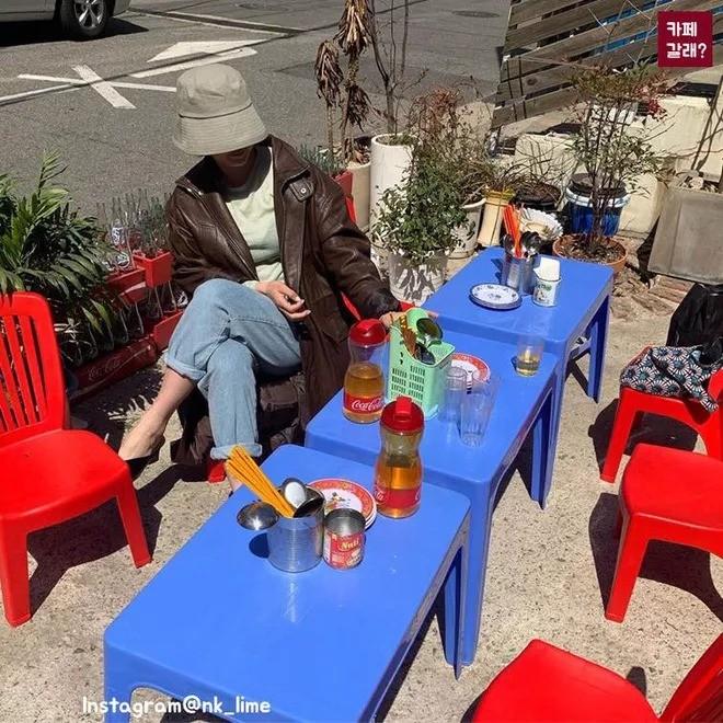 Quán ăn ở Seoul, Hàn Quốc bày bàn ghế nhựa vỉa hè kiểu Việt Nam gây sốt MXH ảnh 3