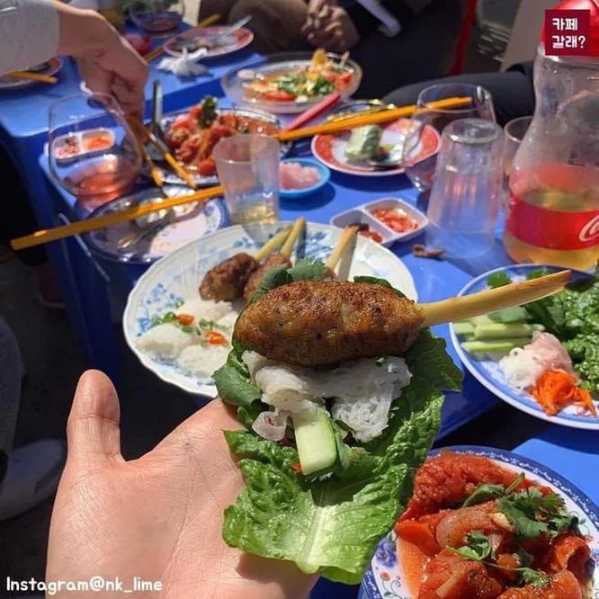 Quán ăn ở Seoul, Hàn Quốc bày bàn ghế nhựa vỉa hè kiểu Việt Nam gây sốt MXH ảnh 4