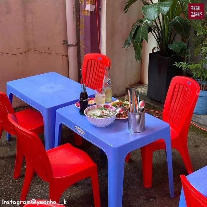 Quán ăn ở Seoul, Hàn Quốc bày bàn ghế nhựa vỉa hè kiểu Việt Nam gây sốt MXH ảnh 5