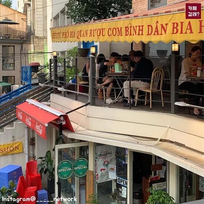 Quán ăn ở Seoul, Hàn Quốc bày bàn ghế nhựa vỉa hè kiểu Việt Nam gây sốt MXH ảnh 15