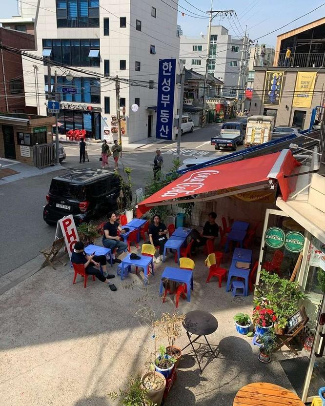 Quán ăn ở Seoul, Hàn Quốc bày bàn ghế nhựa vỉa hè kiểu Việt Nam gây sốt MXH ảnh 14