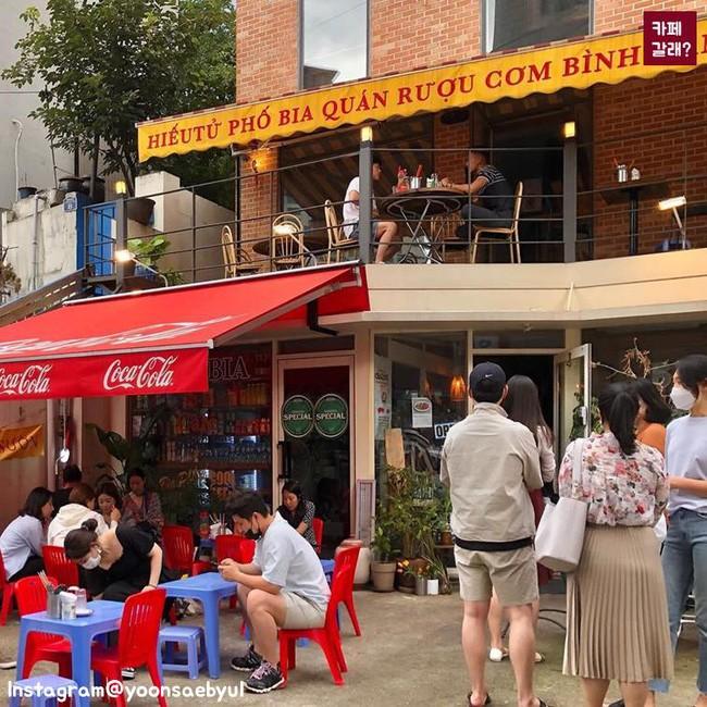 Quán ăn ở Seoul, Hàn Quốc bày bàn ghế nhựa vỉa hè kiểu Việt Nam gây sốt MXH ảnh 13