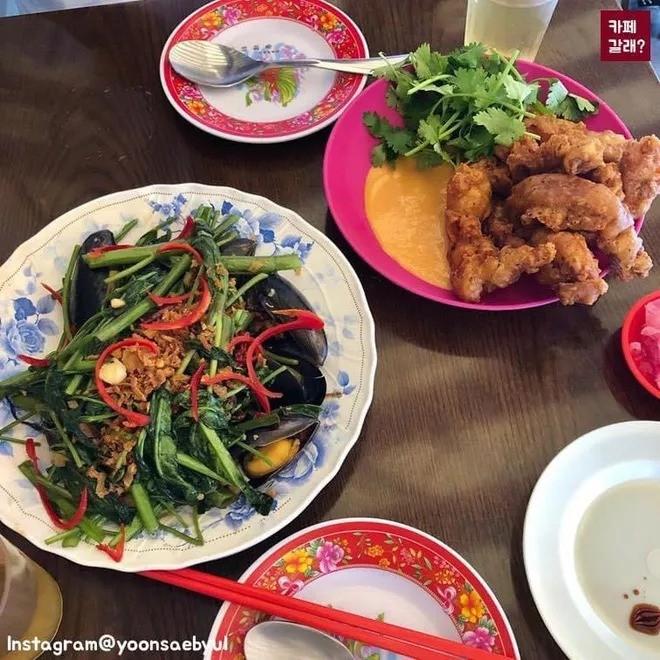 Quán ăn ở Seoul, Hàn Quốc bày bàn ghế nhựa vỉa hè kiểu Việt Nam gây sốt MXH ảnh 8