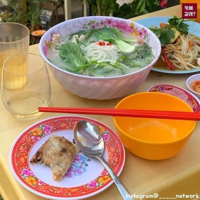 Quán ăn ở Seoul, Hàn Quốc bày bàn ghế nhựa vỉa hè kiểu Việt Nam gây sốt MXH ảnh 7