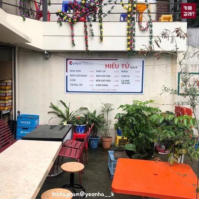 Quán ăn ở Seoul, Hàn Quốc bày bàn ghế nhựa vỉa hè kiểu Việt Nam gây sốt MXH ảnh 6
