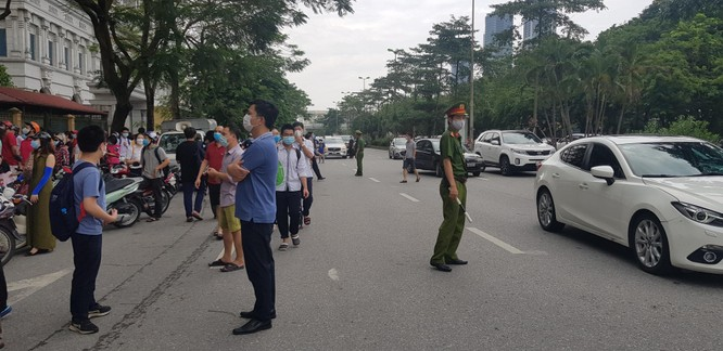 Sáng nay 12/6, 93.000 thí sinh Hà Nội đã bước vào kỳ thi tuyển sinh THPT công lập ảnh 4