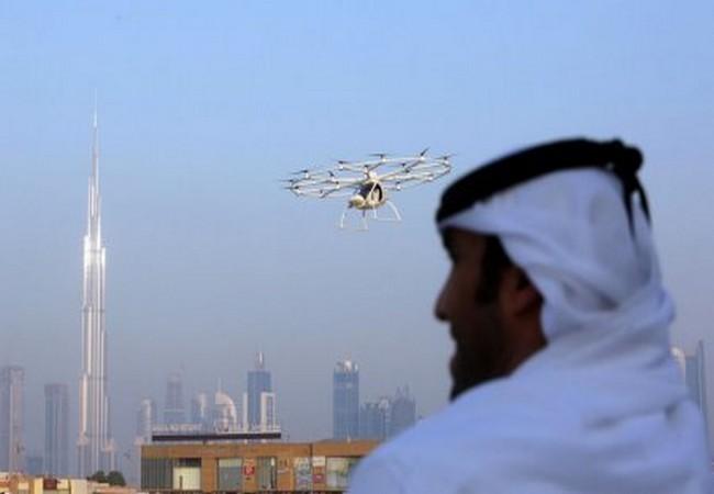 Một người đàn ông đang nhìn chiếc taxi bay tại Dubai