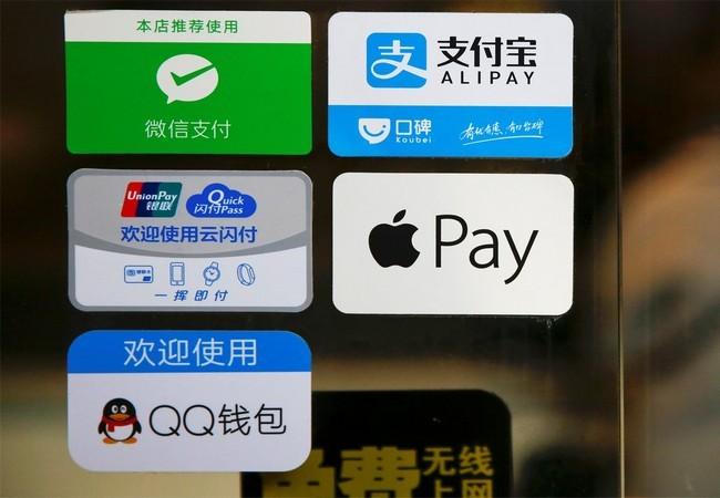Logo của Alipay bên cạnh các logo khác trên một nhà hàng ở ga tàu Bắc Binh ngày 13.01.2017 (Reuter)