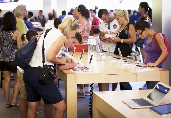 Khách hàng trong một cửa hàng của Apple ở San Francisco